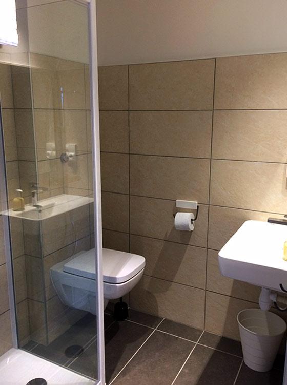 salle de bains du logis saint-François à Vermenton